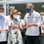 Luis Abinader y directivos del INVI entregan centro de diagnóstico y atención primaria en Santiago