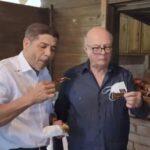 """(Video) Ministro de Agricultura e Hipólito Mejía comparten un """"puerco en puya"""""""